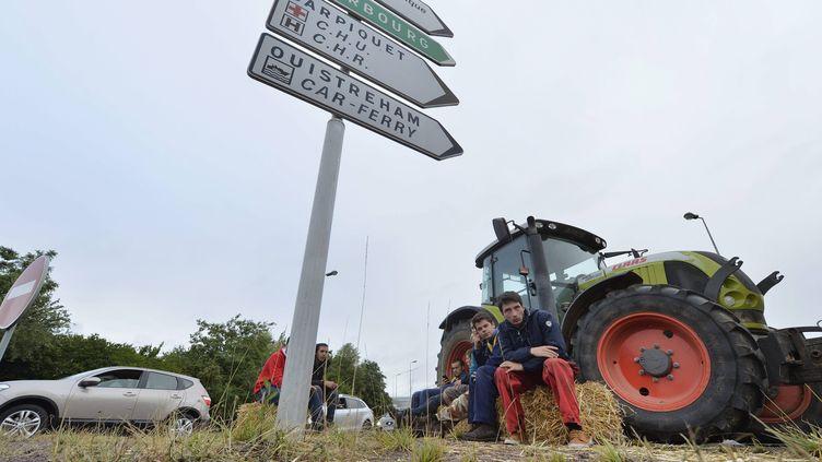 Des agriculteurs bloquent les quatre principaux accès à la ville de Caen (Calvados), le 20 juillet 2015. (  MAXPPP)