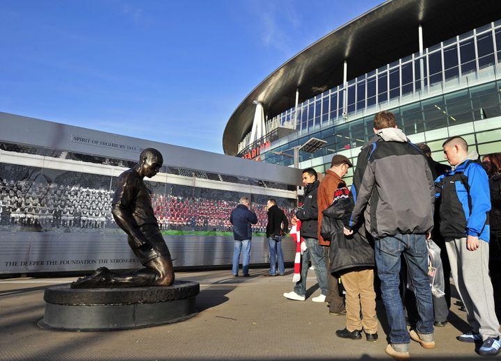 Meilleur buteur de l'histoire d'Arsenal, avec 226 réalisations, Thierry Henry a, depuis 2012, une statue devant l'Emirates Stadium de Londres (Royaume-Uni). (GLYN KIRK / AFP)