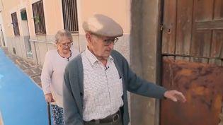 Pour permettre aux personnes âgées de rester le plus longtemps possible chez elles, en Espagne, un petit village fait tout pour faciliter la vie de ses habitants les plus âgés.  (CAPTURE ECRAN FRANCE 2)