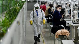 Une usine de textile à Jinjiang (Chine), le 20 février 2020. (JIANG KEHONG / XINHUA / AFP)