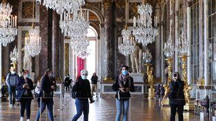 Dans la Galerie des Glaces du Château de Versailles, le 6 juin 2020, jour de la réouverture du site. (GAO JING / XINHUA)
