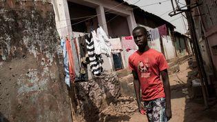 Un homme marche dans la rue à Bissau, capitale de la Guinée Bissau, le 13 février 2018. (XAUME OLLEROS / AFP)