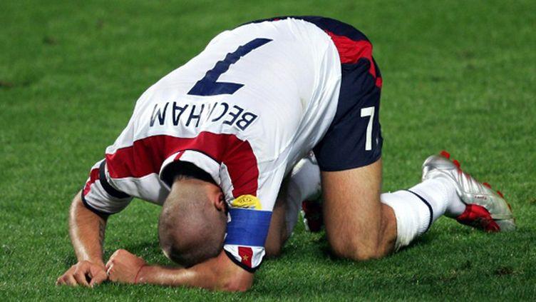 En sélection, Beckham enchaîne les déceptions. A l'Euro 2004, il rate un penalty contre la France, puis un tir au but en quarts contre le Portugal où l'Angleterre s'incline. Au Mondial 2006, il tombe encore aux portes des demi-finales.   (HRVOJE POLAN / AFP)