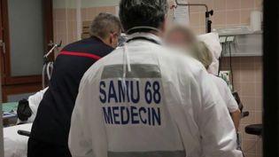 Pour sortir du confinement, il va falloir que le nombre de malades placés en réanimation baisse. Ce n'est toujours pas le cas dans le Grand Est, l'un des foyers de l'épidémie du Covid-19. À Mulhouse (Haut-Rhin), le Samu et les urgences constatent cependant une légère amélioration. (FRANCE 2)