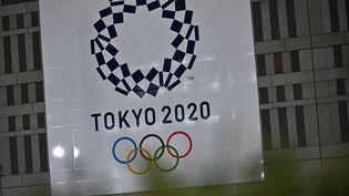 Le logo des Jeux olympiques 2020 est affiché sur un bâtiment de Tokyo (Japon), le 30 mars 2020. (PHILIP FONG / AFP)