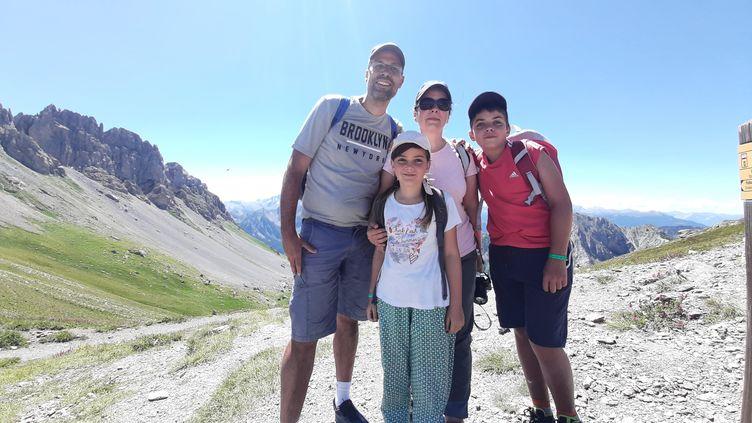 Julien, Manuela, Armand et Louise découvrent la montagne en été, dans le parc naturel du Queyras (Hautes-Alpes). (VALENTIN DUNATE / RADIO FRANCE)