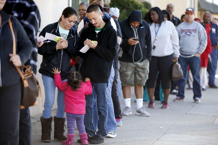 Des dizaines de personnes attendent pour acheter un ticket de loterie, le 12 janvier 2016, à Hawthorne, dans la banlieue de Los Angeles (Californie). (LUCY NICHOLSON / REUTERS)