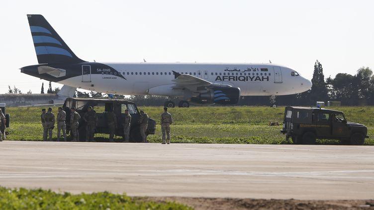 Des militaires maltais sont déployés à l'aéroport de La Valette (Malte), où un avion libyen a été détourné, le 23 décembre 2016. (DARRIN ZAMMIT LUPI / REUTERS)