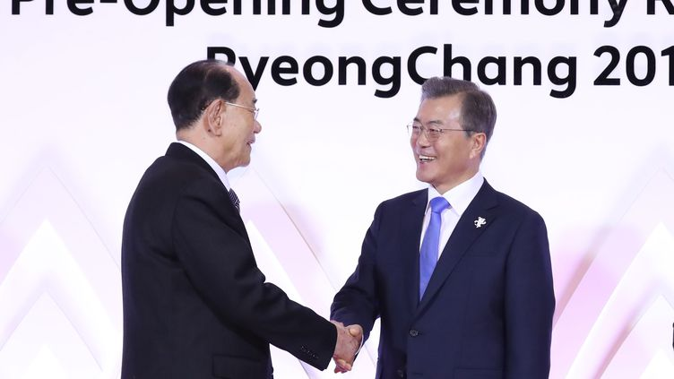 Kim Yong Nam et Moon Jae-in (à droite) (- / YONHAP)