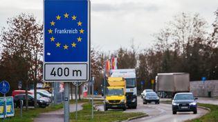 Des véhicules à la frontière entre la France et l'Allemagne, à Breisach (Allemagne), le 22 décembre 2020. (PHILIPP VON DITFURTH / DPA / AFP)