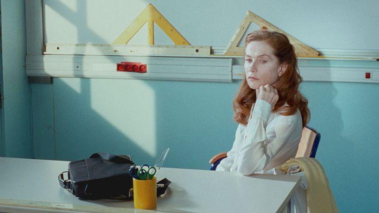 """Isabelle Huppert en prof craintive puis métamorphosée, dans """"Madame Hyde"""" de Serge Bozon.  (Haut et Court)"""