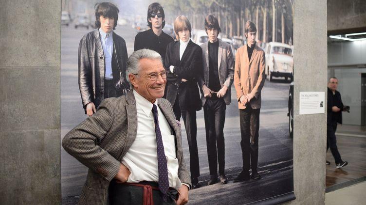 """Jean-Marie Périer devant son cliché des Rolling Stones pour l'ouverture de """"Souvenirs d'avenir""""  (JULES BOUDIER/CULTUREBOX)"""