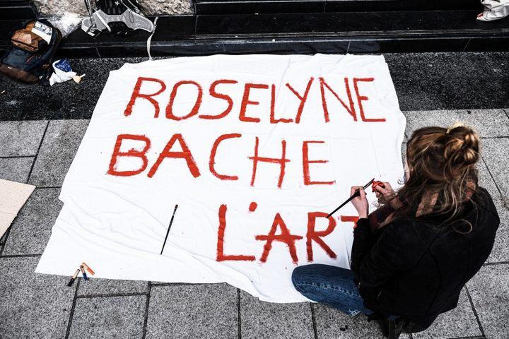 Une occupante de l'Opéra de Lyon peint le lundi 15 mars 2015 une banderole brocardant la gestion de la Culture par la ministre Roselyne Bachelot, depuis son arrivée aux affaires. (ANTOINE MERLET / HANS LUCAS)