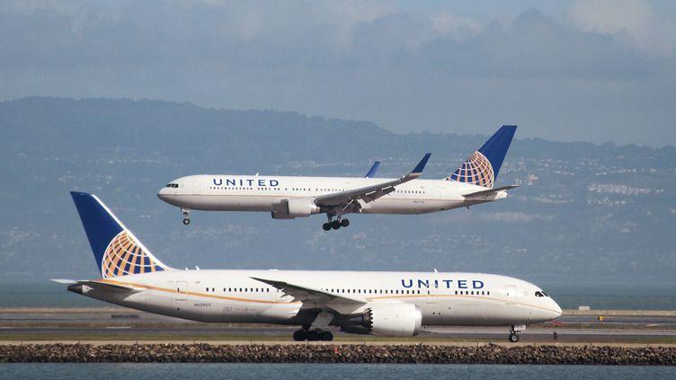Des appareils de la compagnie United Airlines, en février 2015 à San Francisco (Etats-Unis). (LOUIS NASTRO / REUTERS)
