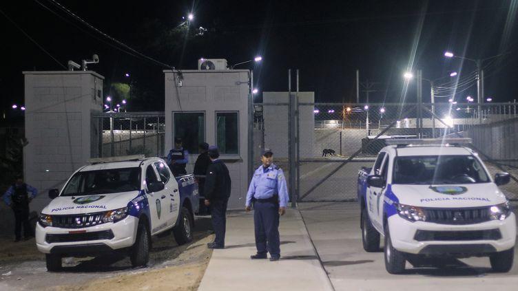 Des policiers devant l'entrée de la prison d'El Porvenir (Honduras) après les affrontements entre détenus, le 22 décembre 2019. (AFP)