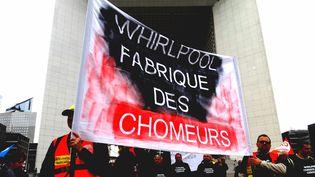 Après une manifestation devant le siège social de Whirlpool à La Défense, près de Paris, des salariés du site d'Amiens voué à une délocalisation, doivent se rassembler sur le Champ-de-Mars. (RADIO FRANCE / BENJAMIN ILLY)