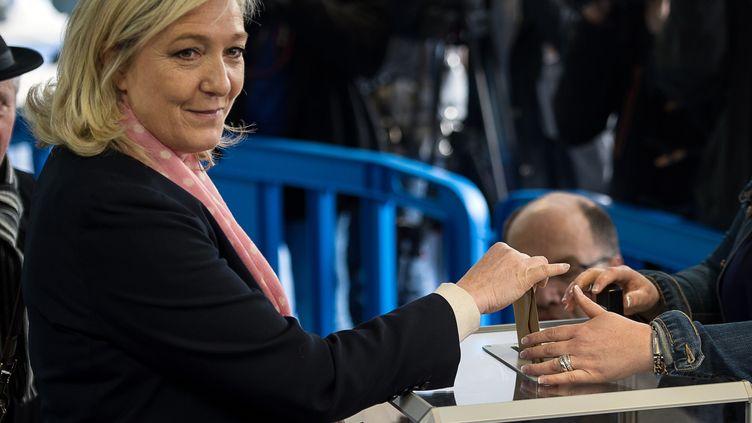 La présidente du Front national, Marine Le Pen, vote à Hénin-Beaumont (Nord-Pas-de-Calais), le 22 mars 2015, au premier tour des élections départementales. (DENIS CHARLET / AFP)