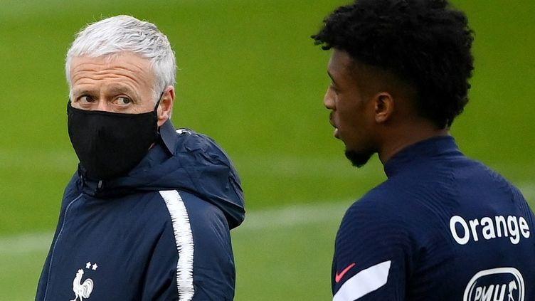 Le sélectionneur Didier Deschamps et Kingsley Coman lors d'une séance d'entrainement à Clairefontaine, lundi 22 mars 2021.  (FRANCK FIFE / AFP)