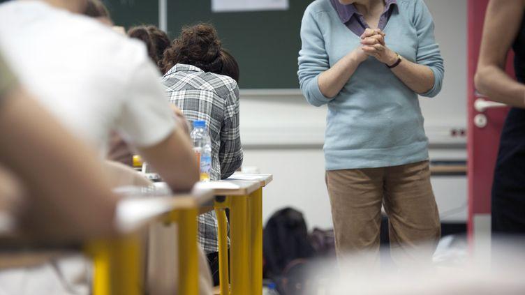 Des lycéens lors de l'épreuve de philosohie du baccalauréat, à Paris, le 18 juin 2012. (FRED DUFOUR / AFP)