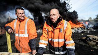 Deux employés de l'aciérieAscoval àSaint-Saulve (Nord), le 31 octobre 2018. (FRANCOIS LO PRESTI / AFP)