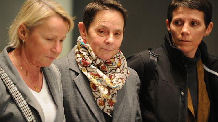 Bernadette Dimet (au centre) et desmembres de sa famillequittentla cour d'assisede Grenoble (Isère) à l'issue de son procès, le 5 février 2016. (JEAN PIERRE CLATOT / AFP)