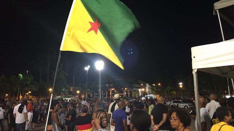 Environ 300 personnes se sont rassemblées à Cayenne (Guyane), avant l'arrivée d'Emmanuel Macron, mercredi 25 octobre 2017. (GUYANE 1ERE)
