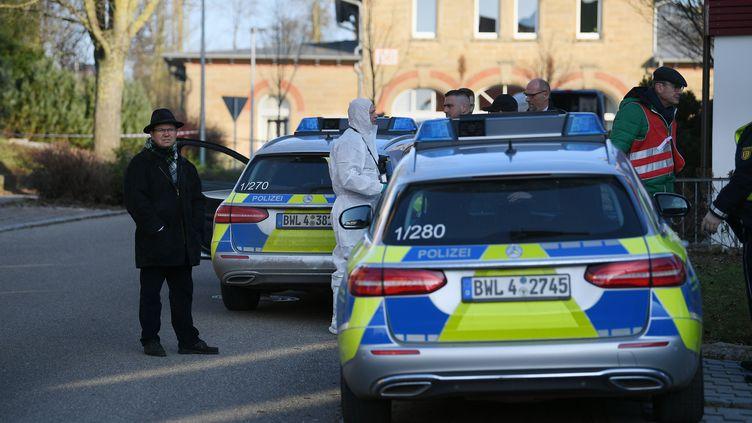 La police allemandeest intervenue dans la ville de Rot am See, dans le sud-ouest de l'Allemagne, où a eu lieu une fusillade vendredi 24 janvier 2020. (SEBASTIAN GOLLNOW / DPA / AFP)