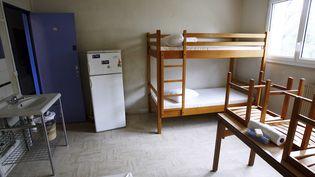 Dans un centre d'hébergement de l'association France terre d'asile, en octobre 2006 à Créteil (Val-de-Marne). (FRED DUFOUR / AFP)