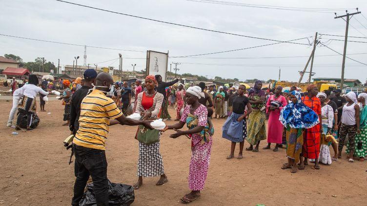 Une distribution de nourriture à Accra, au Ghana, le 4 avril 2020. (NIPAH DENNIS / AFP)