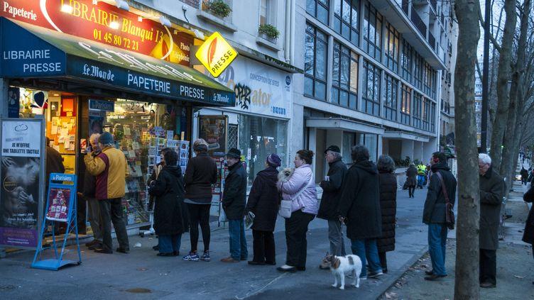 File d'attente devant un kiosque boulevard Auguste Blanqui dans le XIIIe arrondissement de Paris, le 14 janvier.  (ROLLINGER-ANA / ONLY FRANCE)