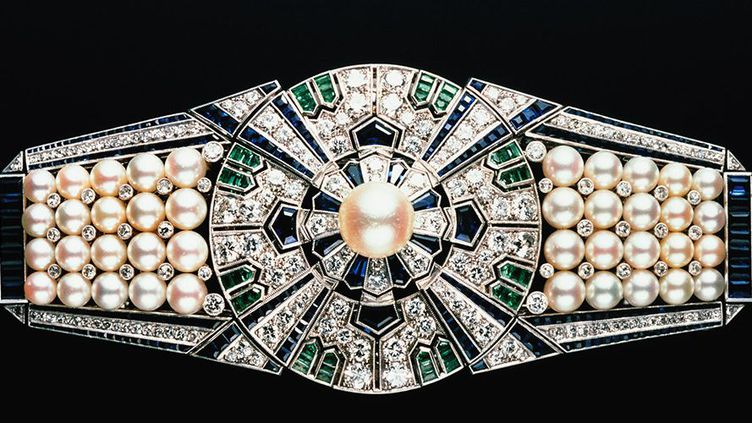 Clip 'Yaguruma', Mikimoto, Japon, 1937, en platinum, or 18 carats, perles Akoya, diamants, saphirs et émeraudes  (Mikimoto Pearl Island, Japan)