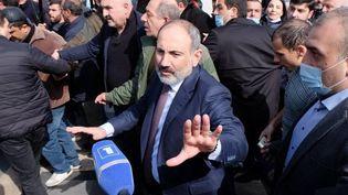 Le Premier ministre arménien, NikolPachinian, rejoint ses partisans dans les rues d'Erevan, jeudi 25 février 2021. (ARAM NERSESYAN / SPUTNIK / AFP)