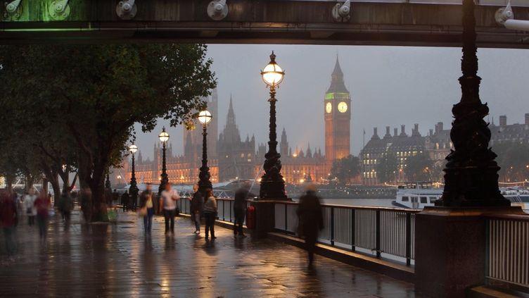 Des passants à Londres (Royaume-Uni), le 13 octobre 2020. (MANUEL COHEN / AFP)