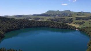 Vue aérienne du lac Pavin (FRANCE 3)