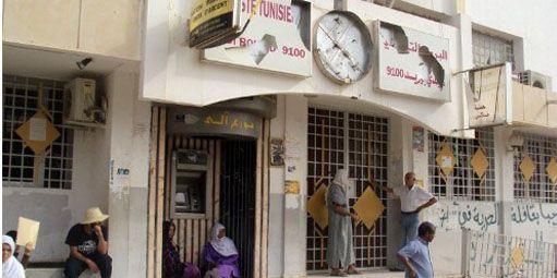 Habitants de Sidi Bouzid (centre de la Tunisie) devant la poste de la ville pendant une grève générale le 14 août 2012. (AFP - MOKHTAR KAHOULI )
