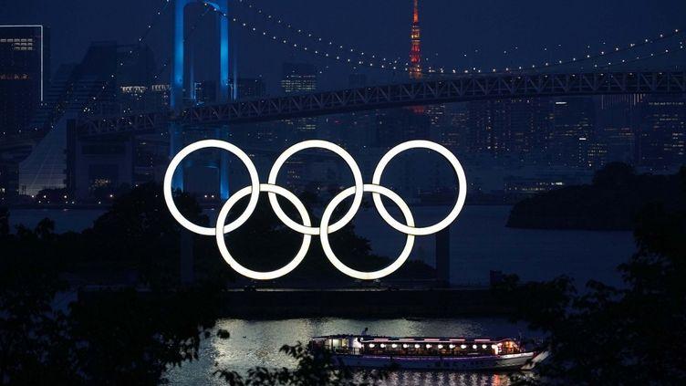 Les anneaux des Jeux olympiques à Tokyo, le 22 juillet 2020. (ICHIRO OHATA / YOMIURI / AFP)