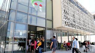 Les parents ont amené leurs enfants à l'hôpital de Carcassonne pour procéder à des analyses de sang et d'urine pour trouver les traces d'arsenic. (NATHALIE AMEN VALS / MAXPPP)