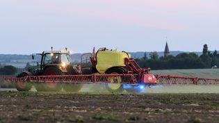 Un agriculteur répand du glyphosate, le 11 mai 2018 dans la Sarthe. (JEAN-FRANCOIS MONIER / AFP)