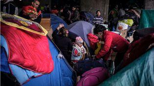 Des demandeurs d'asile albanais sont évacués de leur campement à Lyon (Rhône), avant d'être relogés, le 18 novembre 2013. (JEFF PACHOUD / AFP)