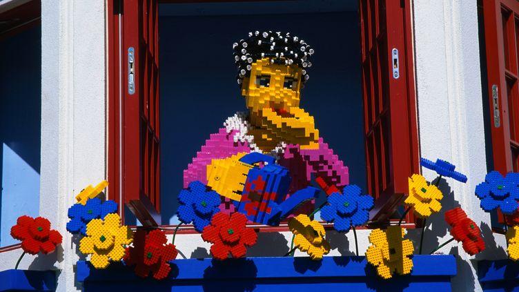 """""""Femme et fleurs"""" en legos. (GETTY IMAGES)"""