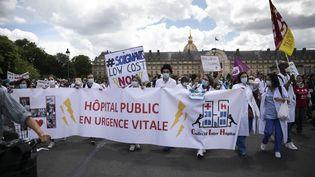 Des soignants manifestent place des Invalides pour réclamer davantage de moyens pour l'hôpital public, le 16 juin 2020. (YANN CASTANIER / AFP)