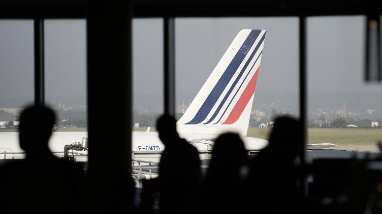 Des voyageurs attendent leur avion à l'aéroport de Paris-Orly, le 16 septembre 2014. (STEPHANE DE SAKUTIN / AFP)