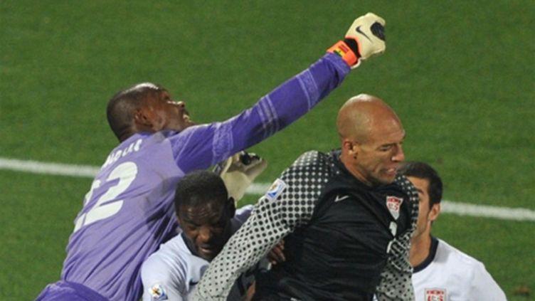 Le gardien ghanéen Richard Kingson devance le gardien américain Tim Howard (ROBERTO SCHMIDT / AFP)
