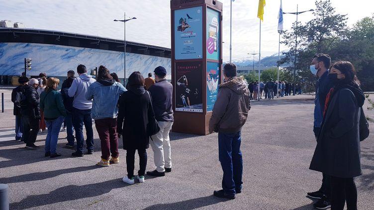 Grenoble, le 8 mai 2021. Devant le vaccinodrome. La vaccination contre le Covid-19 est ouverte à tous dès cette semaine. (VANESSA LAIME / MAXPPP)