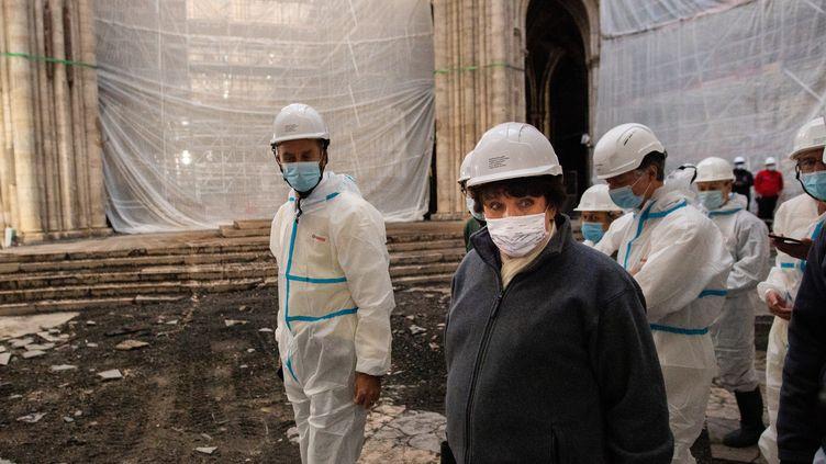 La ministre de la Culture, Roselyne Bachelot, en visite sur le chantier de reconstruction de la cathédrale Notre-Dame, le 24 novembre 2020. (MARTIN BUREAU / AFP)
