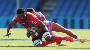 Le joueur de Toulouse Joe Tekori contreAlec Hepburn d'Exeter lors de la demi-finale de la Coupe d'Europe de rugby, le 26 septembre 2020, auSandy Park Stadium, à Exeter (Royaume-Uni). (GEOFF CADDICK / AFP)