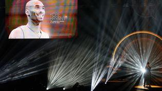 Kobe Bryant sur l'écran géant de la salle d'Uncasville, Connecticut, lors de son intronisation au Hall of Fame, samedi 15 mai. (MADDIE MEYER / GETTY IMAGES NORTH AMERICA)