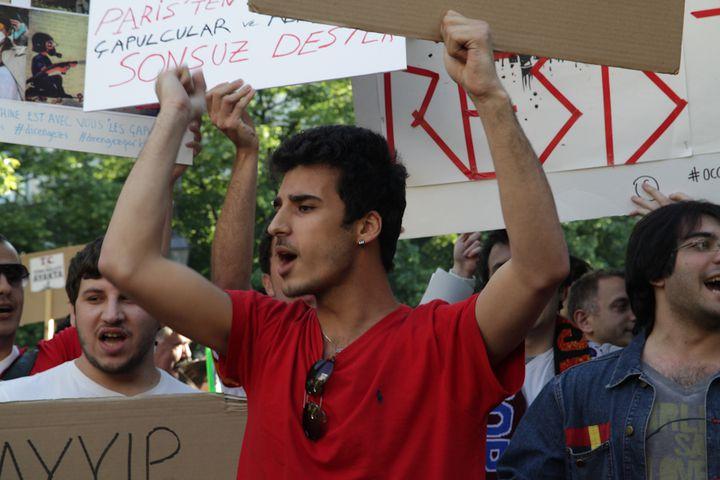 Objectif des centaines de manifestants : alerter l'opinion et faire pression sur le gouvernement turc. (MARIE DESHAYES / FRANCETV INFO)
