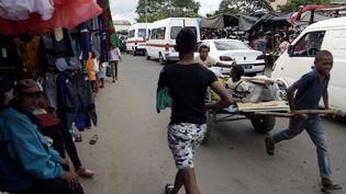 Un tireur de charrette au milieu des voitures à Antananarivo, capitale de Madagascar, le 20 décembre 2018. (THEMBA HADEBE/AP/SIPA / AP)