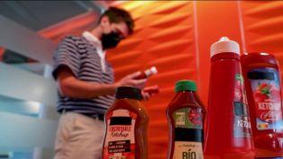 Dans la rubrique derrière nos étiquettes proposées quotidiennement par leJTde 13 Heures, les équipes de France Télévision se sontintéresséesau Ketchup, la sauce tomate la plus célèbre.Si, les Français en sont de grands adeptes, la composition de cette sauce, pose encore question. (CAPTURE ECRAN FRANCE 2)